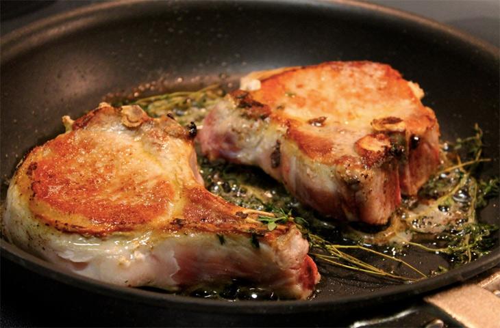 как правильно пожарить стейк из свинины на сковороде