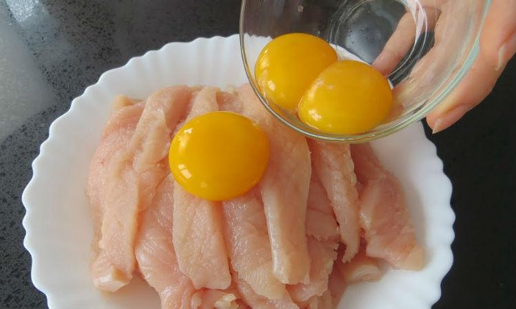 Заливаем яйцом куриную грудку: сухое мясо становится сочным