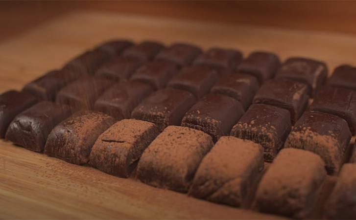 Банка сгущенки и немного какао: за 30 минут сделали запас конфет на 2 недели