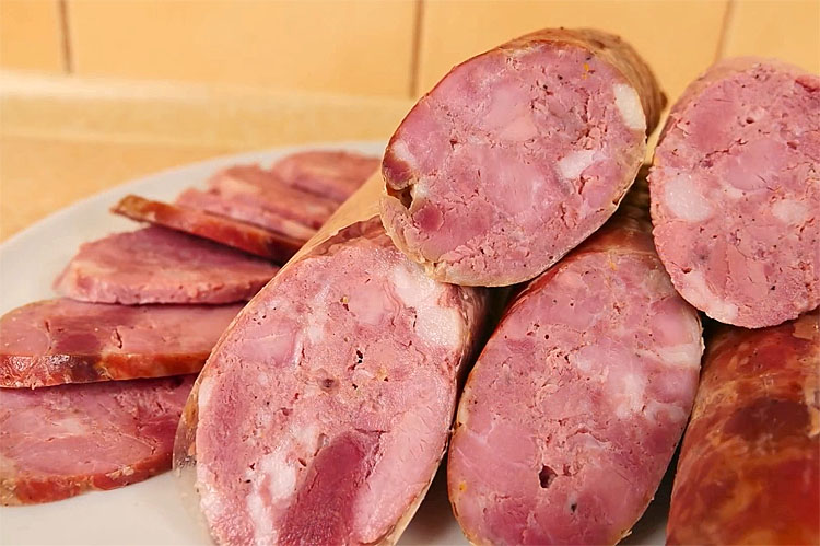 Делаем колбасу в нарезку без сложной техники. Соединяем мясо с салом и доводим до готовности в рукаве