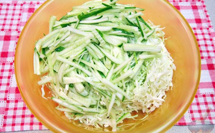 Смешиваем капусту и огурцы, но салат воспринимают как новый. Хитрость в заправке из сметаны с горчицей