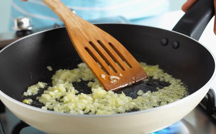 Делаем из свеклы почти зажарку к борщу, а потом превращаем ее в полноценный салат