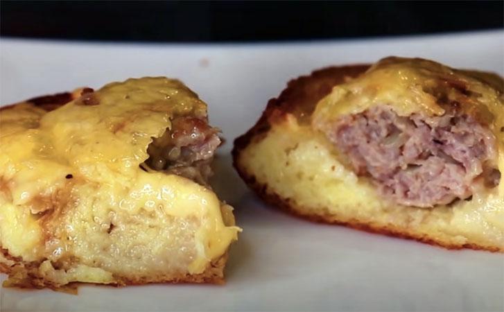 Кладем фарш на обычный хлеб и получаем сочный мясной пирог без хлопот с тестом