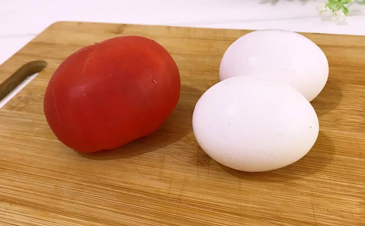 Нарезали один помидор и хватило на целую тарелку закуски. Кладем сверху намазку и подаем