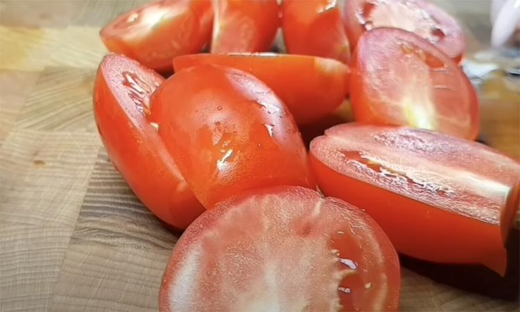 Закручуємо помідори разом з морквою. А якщо їх змішати, звичне соління перетворюється в зовсім новий салат