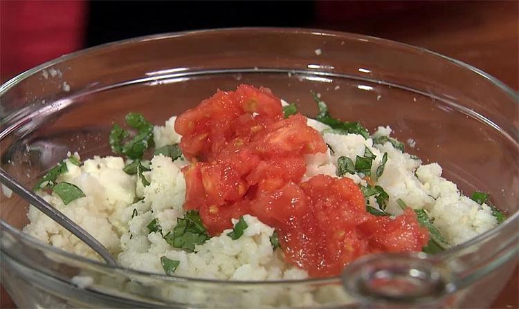 Фаршируємо помідори і готуємо в духовці: виходить соковитіше і швидше, ніж звичні перці