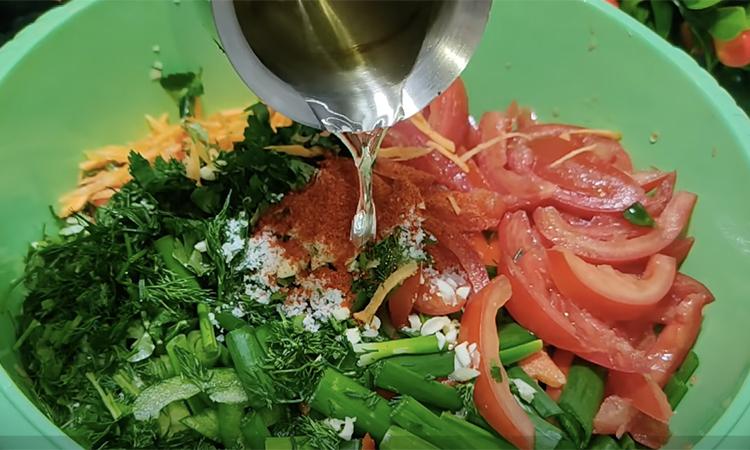 Заливаємо звичайний овочевий салат розпеченою олією. Смак овочів розкривається як ніколи раніше