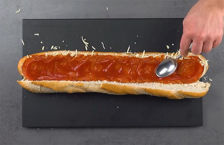 М'ясний пиріг зі звичайного багета. Всередину кладемо начинку і обертаємо беконом