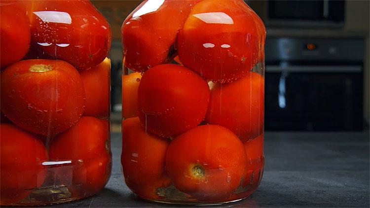 Маринуємо помідори не тільки зовні, але і всередині: проколюємо зубочисткою і начиняє часником