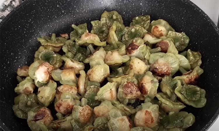 Зазвичай серцевину перцю викидають, але турецькі кухарі знають, як її смачно готувати. Підгледіли рецепт і ділимося