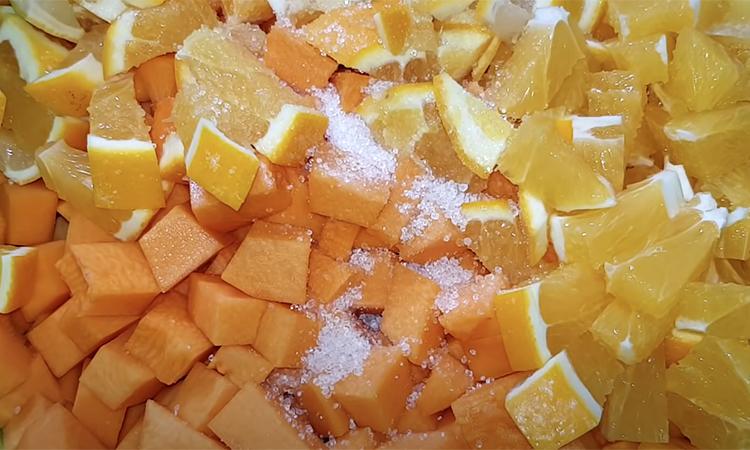 Перетворюємо гарбуз в консервований десерт. Коли відкриємо, стане схожа на манго